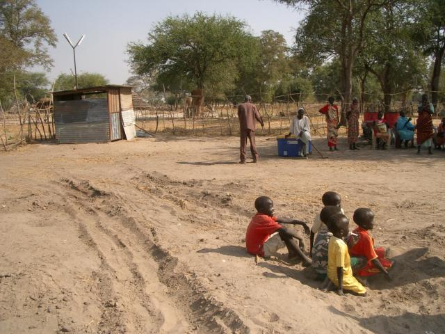 Children_in_Abiyei_waiting_for_tents.JPG
